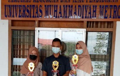 Wakil Dekan FKIP UM Metro Serahkan Piala Juara Pilmapres Tingkat Fakultas